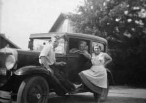 Aarne ja Aino Fordin edessä 1950-luvun alussa. Taustalla Kaunela.