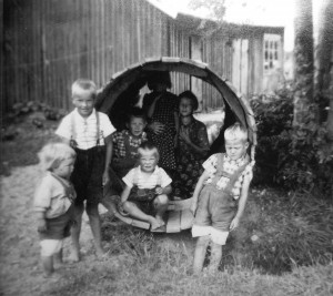 1950-luvulla kaivo kaivettiin lapioilla. Puisen kaivonrenkaan sisällä Pauli, sisarukset ja naapurin lapsia. Pauli istuu kaivon sisällä edessä.