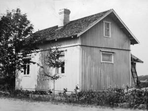 Kaunelan kartano 1920-luvulla. Kamarin ikkunan edessä oleva koivu oli vasta istutettu; lap-suudessamme se oli iso ja komea. Talon rakensi Frans Salminen itselleen.